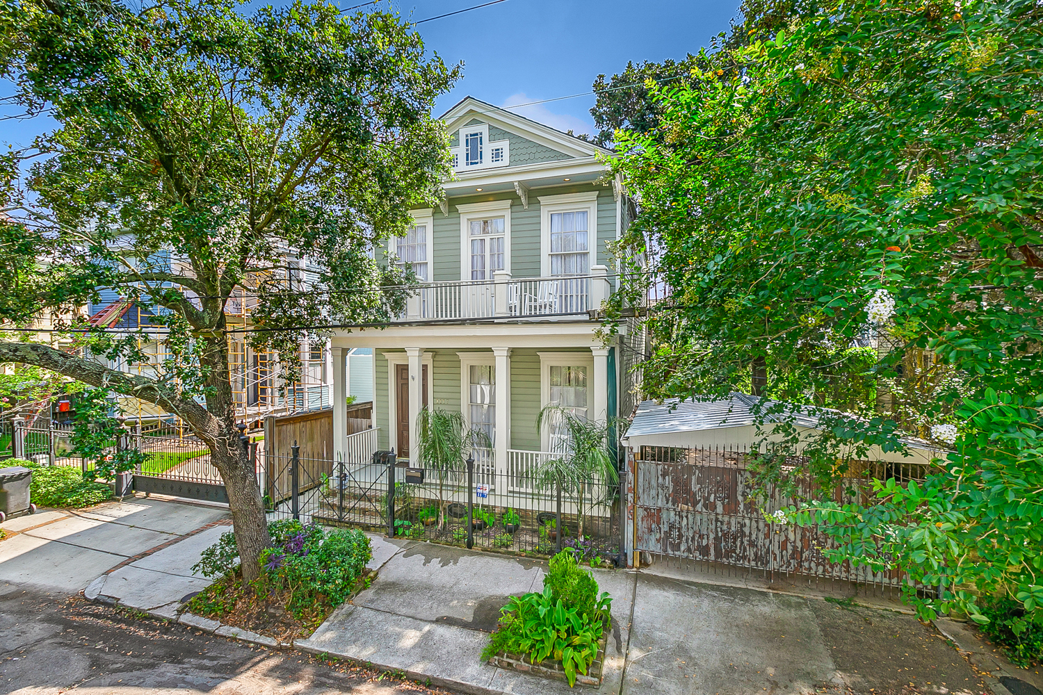 Furnished Garden District home. Large and spacious 2 bedroom/ 2 full bath home.  It is just a few blocks from St. Charles Ave to ride the street car. It is one block away from Magazine street. Walk to many restaurants, coffee shops and retail store. Fully furnished.