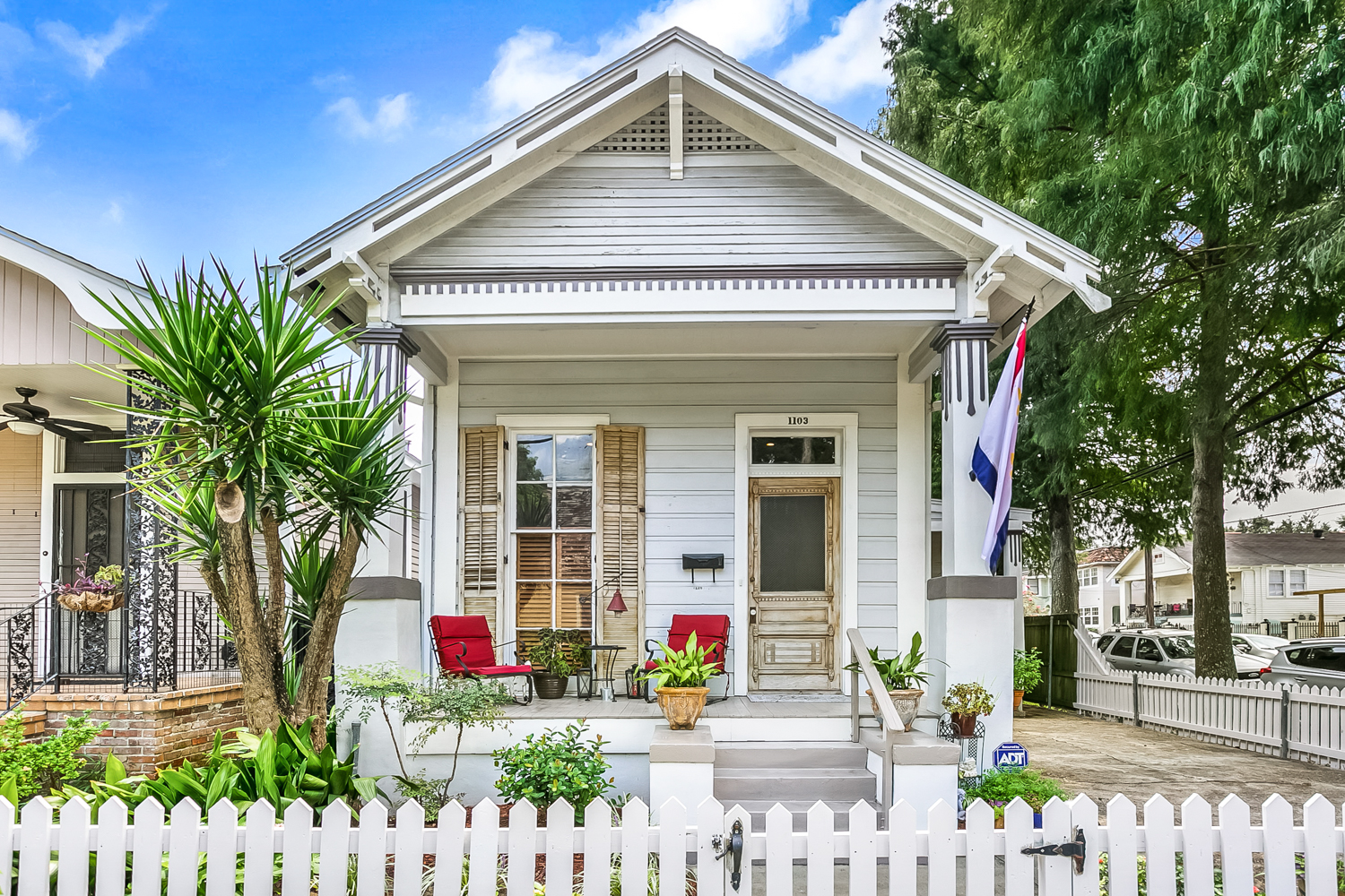 Great Charming 3 bed/ 2 bath house one block away from Oak St. with lots of restaurants, coffee shops, music, grocery store and much more. Parking! Yard!