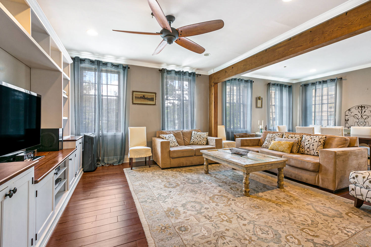 Charming 2 bedroom  apartment nested in the  beautiful Garden District neighborhood. Steps to the streetcar. Few blocks to Magazine St. where you can walk to many restaurants, shops, grocery stores.