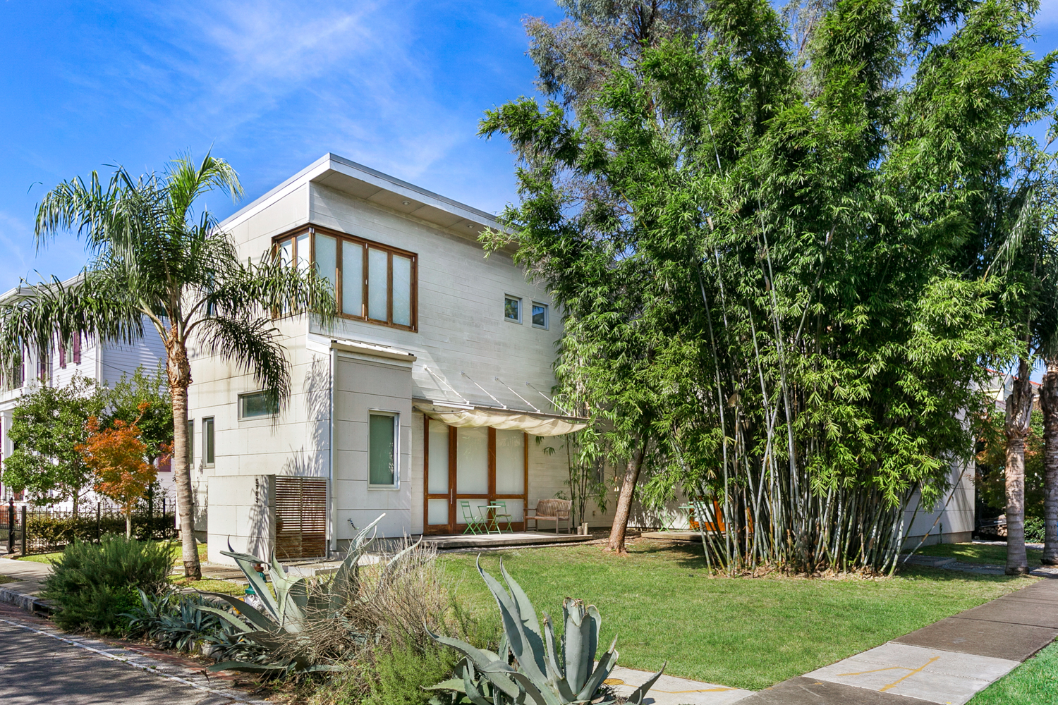 Incredible NEW Modern Industrial 2 bedroom/ 3 bath condo with lots of natural light. Located in one of the best areas Uptown. Walk to Wholefoods/Magazine/ Audubon Park. Walk to many restaurants, retail shops, coffee shops and much more! A must see!!