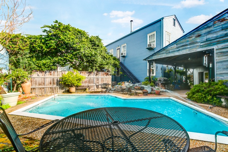 Great one bedroom furnished rental in the lower Garden District. Walk to many restaurants, coffee shops, retail and more! Two blocks to Magazine/ Three blocks to St. St. Charles Ave. to take street car. Parking! Pool! Washer and Dryer in the unit. Treme Realty, New Orleans, La.70115